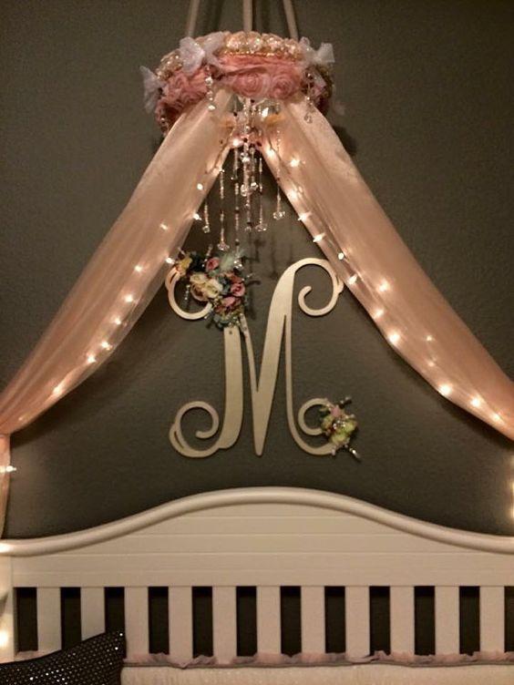 mosquitero adornado con luces