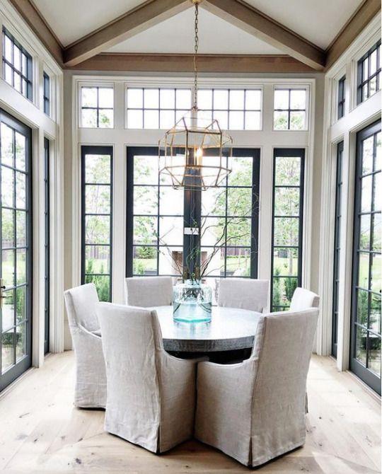 La mesa redonda y el candelabro minimalista