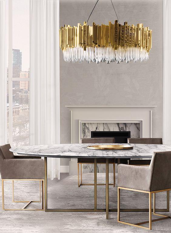 Figuras geométricas simples en mesa, sillas y lámpara.
